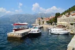 O porto da cidade histórica de Perast imagens de stock