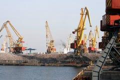 O porto da porta de troca do mar com carga cranes Fotos de Stock Royalty Free