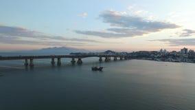 O porto da vista aérea de Sao Francisco faz a cidade do sul Santa Catarina Em julho de 2017 filme