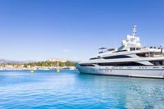 O porto de Antibes e da fortaleza Foto de Stock Royalty Free