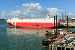 O porto de Auckland, Nova Zelândia, com um navio enorme do portador do veículo imagens de stock