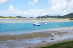 O porto de Ngunguru na maré baixa com barcos amarrou no estu do rio Imagens de Stock