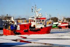 O porto de pesca no inverno, barco de pesca vai para a pesca, traineira, Kolobrzeg, Polônia foto de stock royalty free