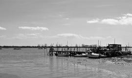 O porto de pesca velho em preto e branco imagem de stock