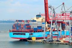 O porto de troca com guindastes, cargas e navio foto de stock royalty free