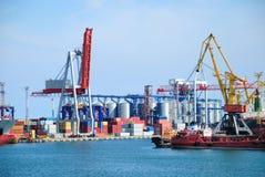 O porto de troca com guindastes, cargas e navio fotografia de stock royalty free