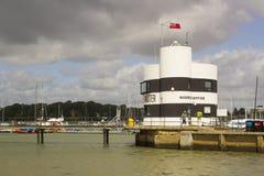O porto domina o escritório que negligencia o porto e o rio Hamble em Warsash em Hampshire na costa sul de Inglaterra foto de stock royalty free