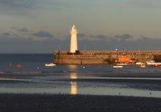O porto e o farol em Donaghadee em Irlanda do Norte imediatamente antes do por do sol em setembro imagens de stock royalty free