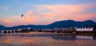 O porto e os barcos na costa de Phuket são iluminados pelos raios de Imagens de Stock