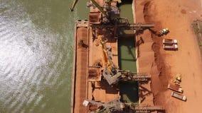 O porto industrial da carga com funcionamento cranes no Danube River filme