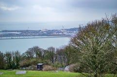 O porto marítimo de Dôvar abaixo e é acima inclinações da grama verde imagens de stock royalty free