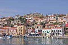 O porto na ilha grega Halki foto de stock royalty free