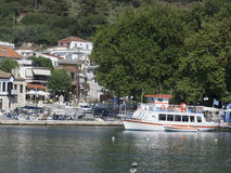 O porto na vila de Neos Marmaras, Sithonia, Grécia Foto de Stock Royalty Free