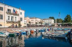 O porto pequeno pela costa do lago Garda durante o verão imagens de stock