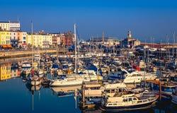 O porto real impressionante e histórico de Ramsgate, de Kent, de Reino Unido, de completos de barcos do lazer e de pesca de todos fotografia de stock