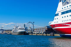 O porto sul, com balsa envia, o SkyWheel, em Helsínquia Fotos de Stock