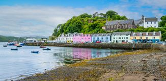 O Portree colorido, cidade principal na ilha de Skye, Escócia imagens de stock royalty free