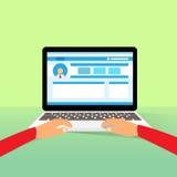 O portátil entrega o tipo que trabalha usando o plano do computador Foto de Stock Royalty Free