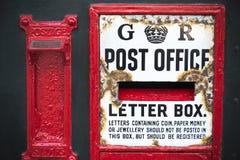 O postbox do vintage resistiu pela idade na cidade inglesa Imagem de Stock Royalty Free