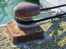 O poste de amarração e a amarração rope amarrando dos iate e dos barcos Foto de Stock Royalty Free