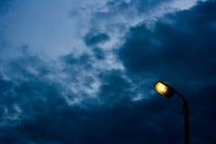 O poste de luz no crepúsculo fotos de stock royalty free