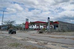 O posto de gasolina local em Talise após o tsunami bateu o 28 de setembro de 2018 em Palu imagem de stock