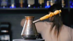 O potenciômetro do café turco está no fogão filme