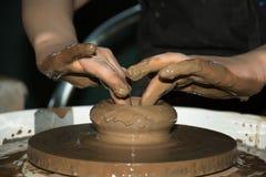 O potenciômetro de argila é feito às mãos das crianças Fotografia de Stock Royalty Free