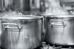 O potenciômetro grande da foto preto e branco de ebulição da sopa imagem de stock royalty free