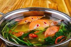 O potenciômetro quente do mar crabs com corriola, pimentão e nardo sobre Imagem de Stock Royalty Free