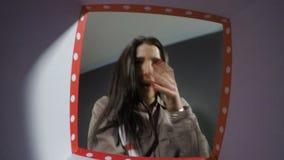O POV da mulher expressivo obtém surpreendido ao abrir a caixa de presente video estoque