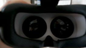 O POV disparou de pôr auriculares da realidade virtual de VR sobre filme