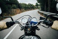 O POV disparou do homem que conduz a motocicleta na estrada imagens de stock royalty free