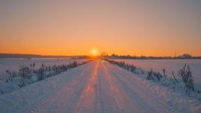 O POV disparou lentamente no movimento dianteiro na estrada do campo perto do subúrbio no por do sol do inverno video estoque