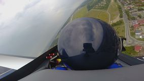 O POV do voo do copiloto nos esportes aplana sobre o campo, passatempo extremo, esporte filme