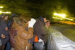 O povo japonês de véspera de ano novo pray o santuário do templo Foto de Stock