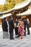 O povo japonês veste-se acima em Meiji Jingu Shrine fotos de stock