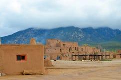 O povoado indígeno histórico de Taos fotos de stock