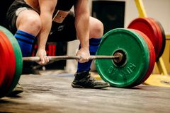 O powerlifter do homem exercita o deadlift foto de stock
