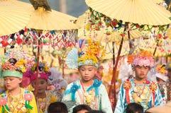 O POY cantou a cerimónia longa em Mae Hong Son, Tailândia fotos de stock