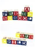 O pré-escolar rotula a criança dos blocos do ABC Foto de Stock