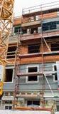 O prédio de apartamentos velho está sendo renovado Fotos de Stock Royalty Free