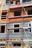 O prédio de apartamentos velho está sendo renovado Imagem de Stock