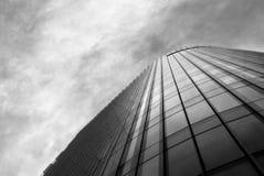 O prédio de escritórios em um dia nebuloso, enegrece um branco Imagens de Stock
