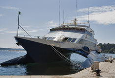O príncipe do catamarã do cruzeiro de Veneza amarrou no porto de Porec Foto de Stock Royalty Free
