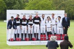 O príncipe William de HRH e o príncipe Harry de HRH competem no fósforo do polo imagem de stock royalty free