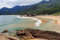 O Praia da praia faz Cepilho, montanhas, Trindade, Paraty, Brasil imagens de stock