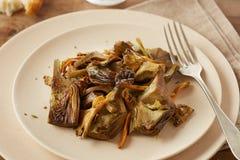 O prato de alcachofras sauteed e do pé amarelo cresce rapidamente Foto de Stock Royalty Free