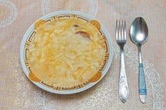 O prato de Hamirashi Erishde, beringela encheu o prato e o pepino, prato do azeri da salada do tomate foto de stock