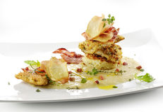 O prato de peixes, linguado enfaixa a crosta flavored, cips, rosti, p desnatado Imagem de Stock Royalty Free